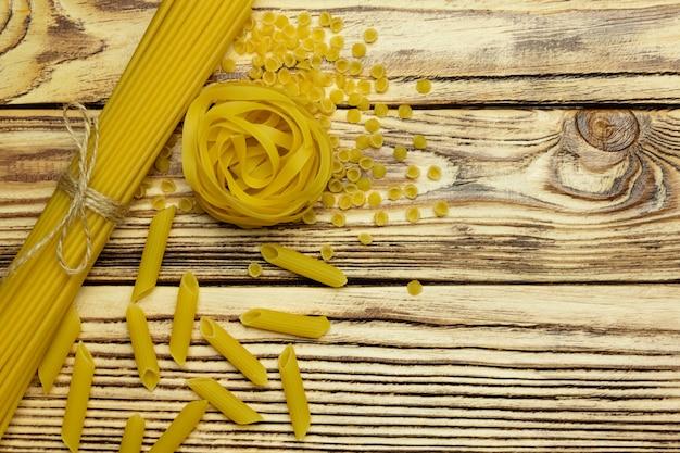 Sammlung der italienischen pasta-draufsicht auf weinlesetisch. Premium Fotos