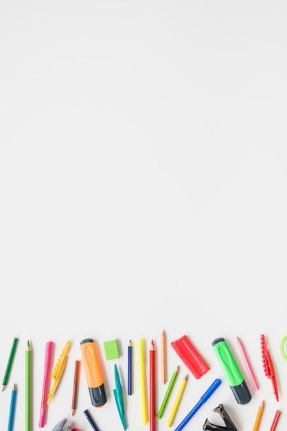 Sammlung verschiedener schulbedarf auf weißem schreibtisch Kostenlose Fotos