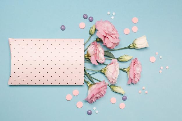 Sammlung von frischen blüten im papiersatz Kostenlose Fotos