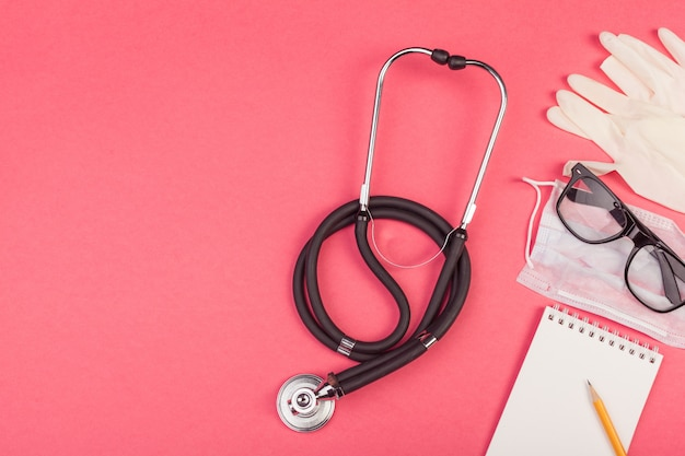Sammlung von gerätemedizin auf dem desktop des doktors. Premium Fotos