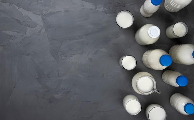 Sammlung von milchflaschen auf grauem stein, draufsicht Premium Fotos