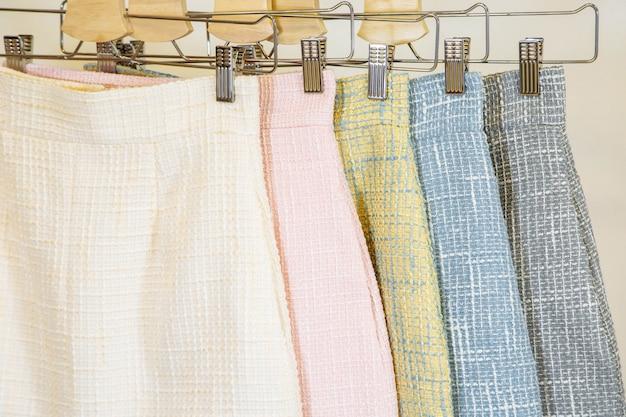 Sammlung von mode röcke auf dem kleiderbügel Premium Fotos