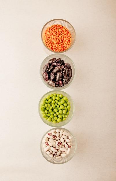 Sammlung von verschiedenen getrockneten hülsenfrüchten in gläsern Premium Fotos
