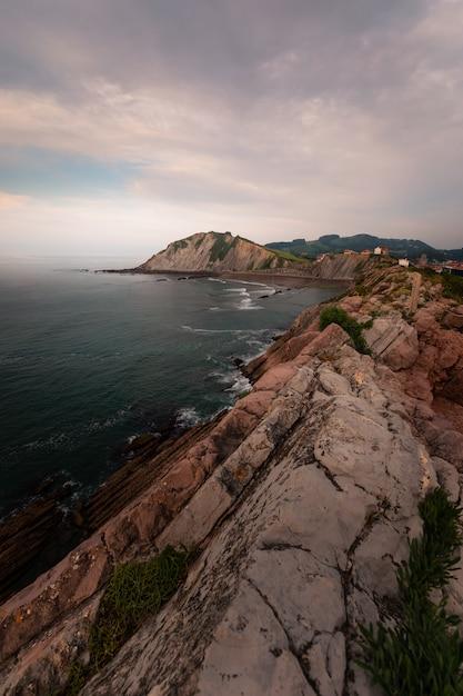 San telmo ermitage an der spitze der klippe des itzurun strandes in zumaia, baskenland. Premium Fotos