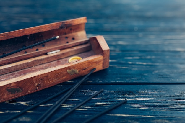 Sandelholzstöcke auf einem schwarzen holztisch. traditionelle asiatische kultur. aromatherapie Premium Fotos