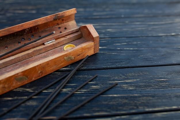 Sandelholzstöcke auf einem schwarzen holztisch. Premium Fotos