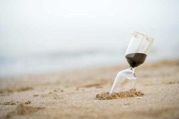 Sanduhr am strand, geschäftszeitmanagement Premium Fotos