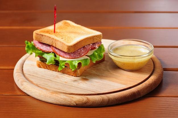 Sandvich mit käse, salami und salat Premium Fotos