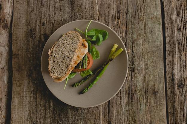 Sandwich auf dem tisch Kostenlose Fotos