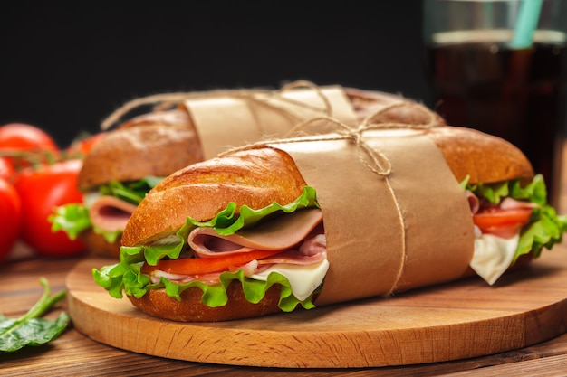 Sandwich auf einem holztisch Premium Fotos