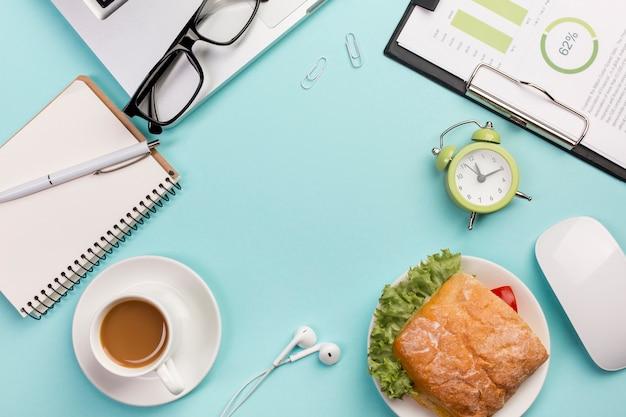 Sandwich, laptop, brillen, wecker, maus, kopfhörer auf blauem hintergrund Kostenlose Fotos