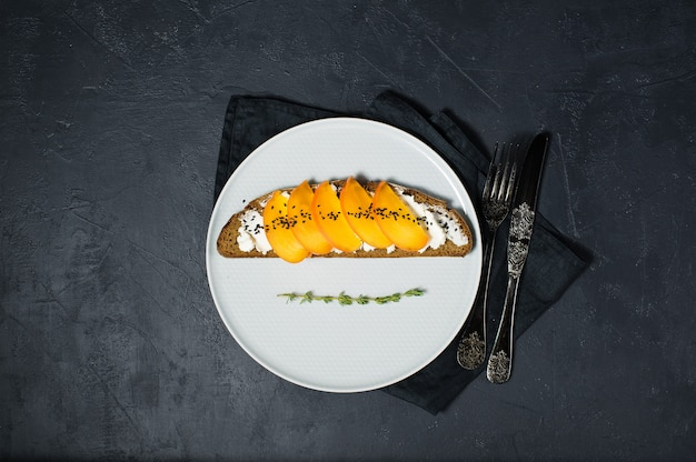 Sandwich mit kaki und frischkäse Premium Fotos
