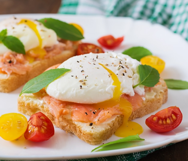 Sandwich mit pochierten eiern mit lachs- und frischkäse Kostenlose Fotos