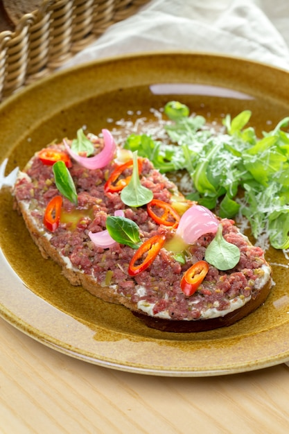 Sandwich mit rohem fleisch Premium Fotos