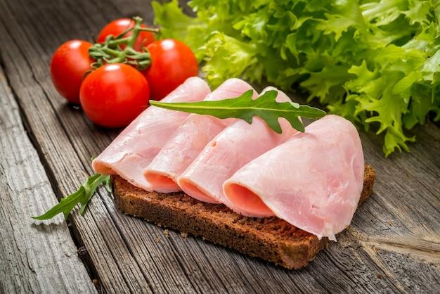 Sandwich mit schinken und gemüse Premium Fotos