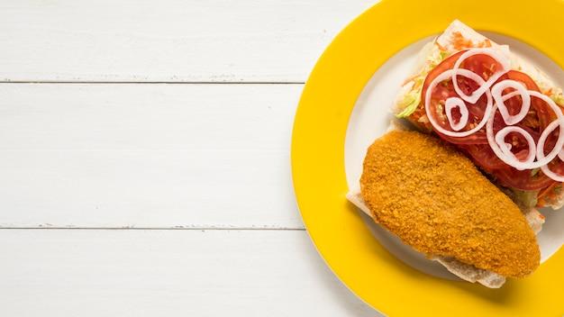 Sandwiche mit hühnerbrust und frischgemüse auf platte Kostenlose Fotos