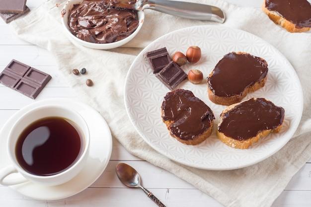 Sandwiche mit schokoladenhaselnuss breiteten auf der platte aus. Premium Fotos