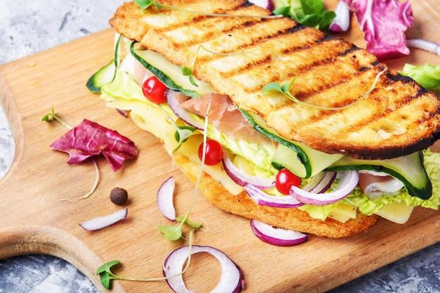 Sandwiches auf schneidebrett Premium Fotos