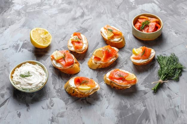 Sandwiches mit geräuchertem lachs und frischkäse und dill. Kostenlose Fotos