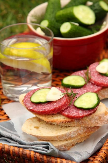 Sandwiches mit geräucherter wurst und hausgemachten frischen salzgurken in der schüssel Premium Fotos
