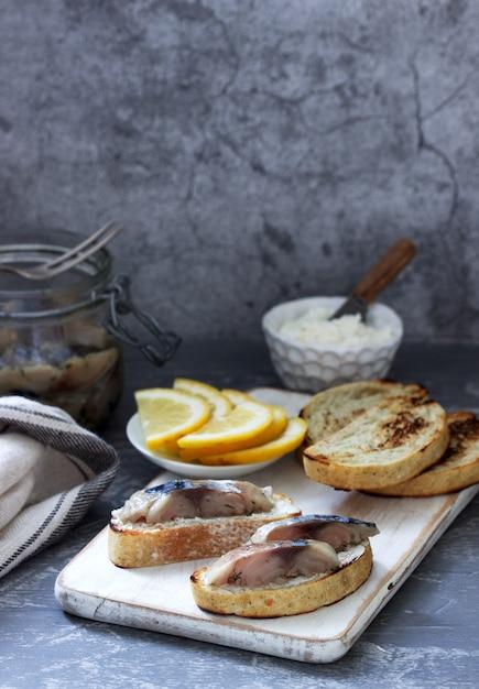 Sandwiches mit quark und gravlax aus makrele, serviert mit zitrone. Premium Fotos