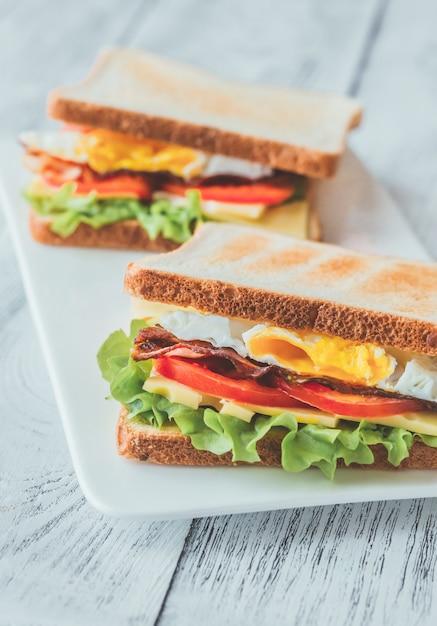 Sandwiches mit spiegelei und speck Premium Fotos