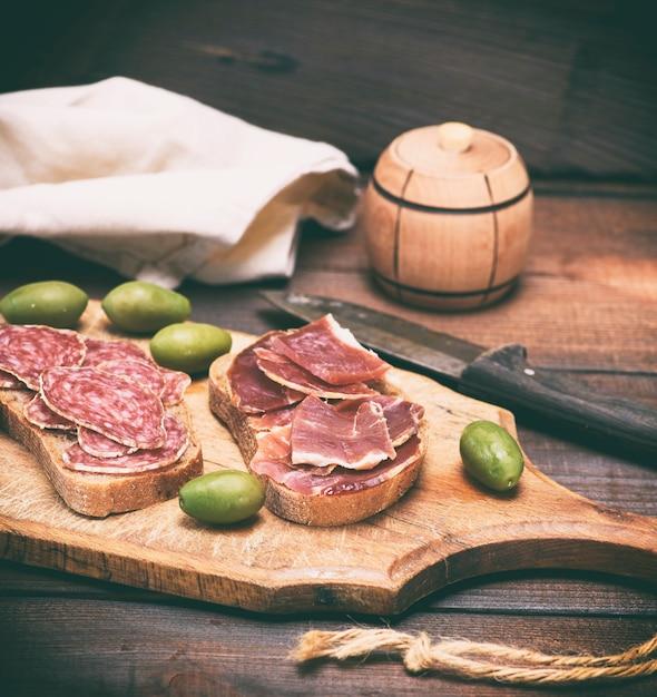 Sandwiches mit wurst und hamon Premium Fotos