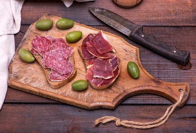 Sandwiches mit wurst und marmelade Premium Fotos