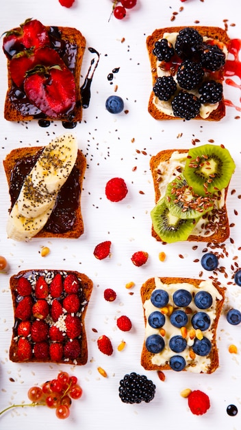 Sandwiches süß mit frischkäse und frischen beeren und früchten Premium Fotos