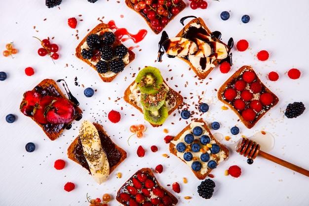 Sandwiches süß mit frischkäse und frischen beeren Premium Fotos