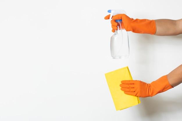 Sanitizer saubere lösung schützen virusbakterien covid-19 kontaminationsarbeiter tragen chemiker handschuh kopie-raum weißen hintergrund Premium Fotos