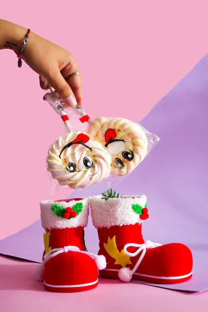 Sankt stiefel mit süßigkeiteibisch auf einem stock mit einem lächeln auf dem duotone hintergrund Premium Fotos