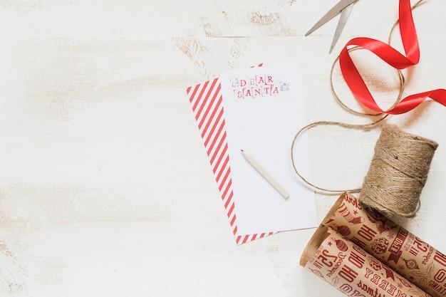 Santa brief mit geschenkverpackung Kostenlose Fotos