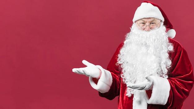 Santa claus, die etwas mit den händen zeigt Kostenlose Fotos
