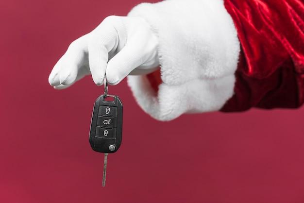 Santa claus-hand, die autoschlüssel hält Kostenlose Fotos