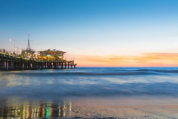 Santa monica pier beach bei sonnenuntergang Premium Fotos