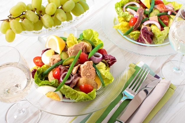 Sardellen und thunfisch-salat in einer glasschüssel Kostenlose Fotos