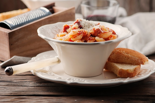 Sardinische traditionelle pasta malloreddus mit wurst Premium Fotos