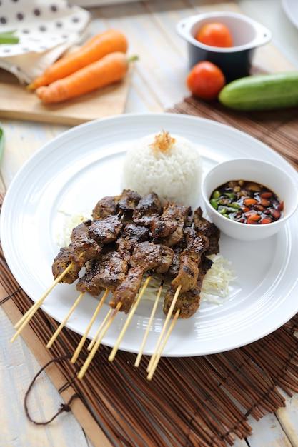 Sate kambing, indonesisches lamm-satay Premium Fotos