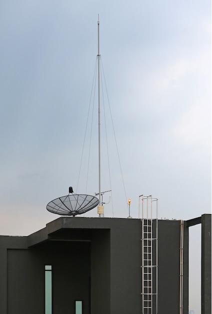 Satellitenschüssel eine antenne auf dem dach des gebäudes Premium Fotos