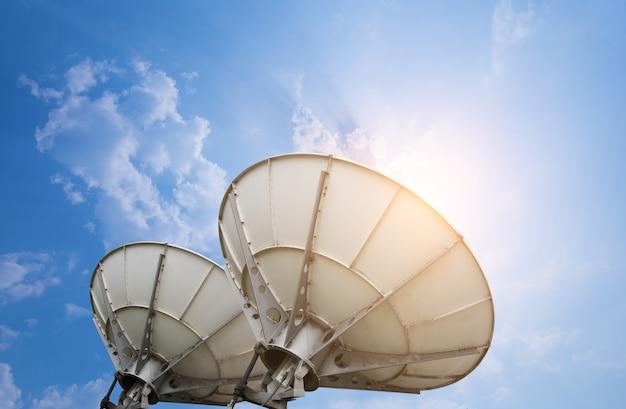 Satellitenschüsselantennen unter himmel Premium Fotos