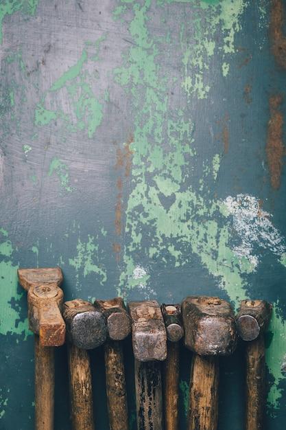 Satz alte hämmer und rostige nägel. werkzeuge auf metall die oberfläche. Premium Fotos