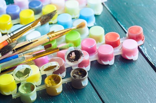 Satz aquarellfarben und -pinsel für das malen Premium Fotos