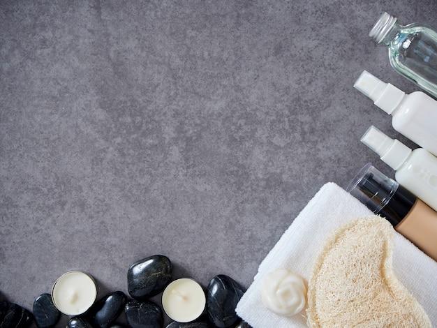 Satz badekurortzubehör auf grauem marmorhintergrund. Premium Fotos