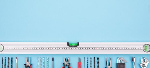 Satz bauwerkzeuge auf blauem hintergrund Premium Fotos