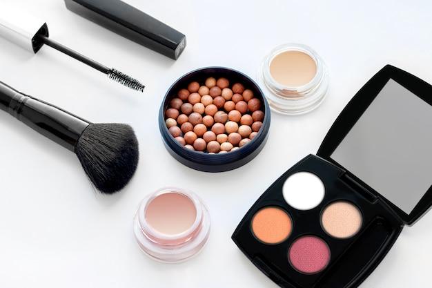 Satz dekorative kosmetik auf weißem hintergrund Premium Fotos