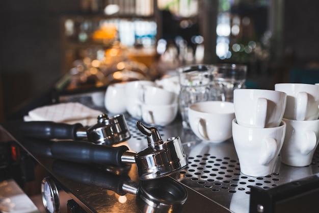 Satz der weißen schalen- und espressoschaufel in der kaffeebar Kostenlose Fotos