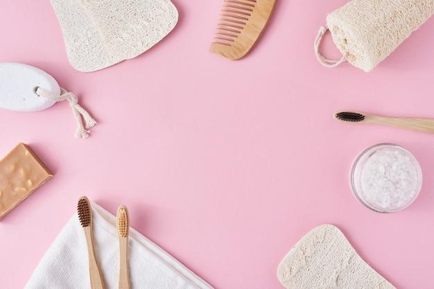 Satz eco freundliche gegenstände der persönlichen hygiene auf einem rosa hintergrund mit kopienraum. zero waste beauty-konzept Premium Fotos