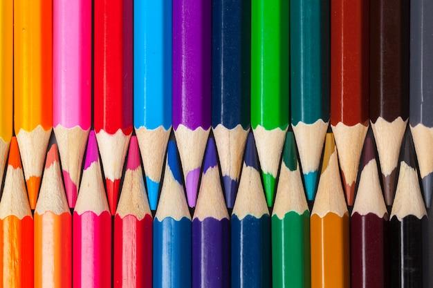Satz farbige pastellbleistifte in der reihe multi farbe in form des geschlossenen reißverschlusses Premium Fotos