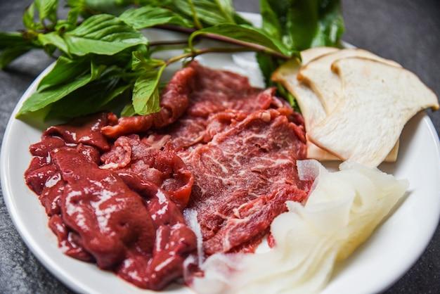 Satz fleischrindfleischscheibenleber- und -pilzgemüse für gekochte oder japanische lebensmittel sukiyaki shabu shabu Premium Fotos